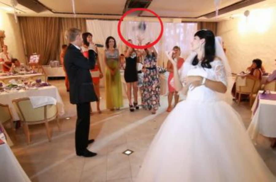 Она-просто-поймала-на-свадьбе-букет-невесты