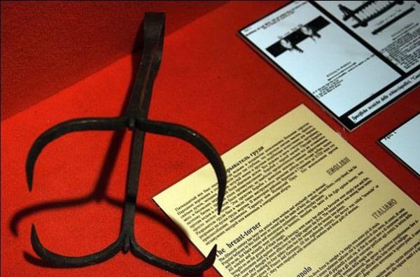 5-пыток-из-Средневековья-на-которые-детям-не-советуем-смотреть-Разрыватель-груди-или-когти-для-груди
