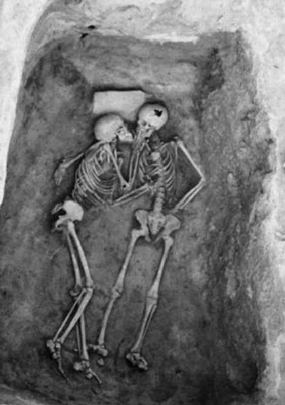 Обнаружив-28-веков-назад-погребенную-заживо-влюбленную-пару