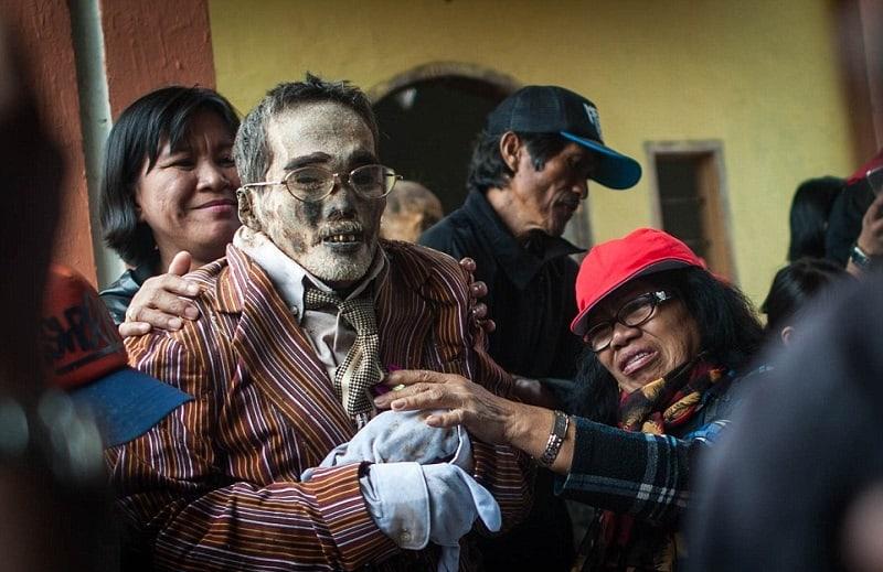 Церемония-чистки-трупов-на-острове-Сулавеси-Индонезия